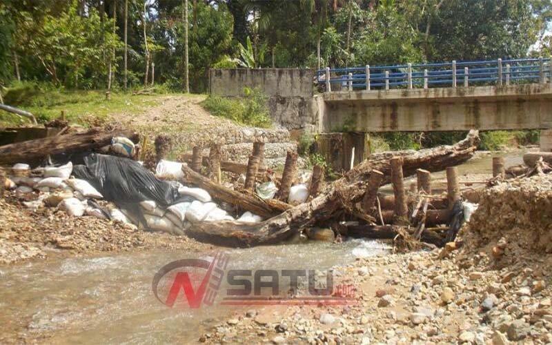 Dihantam Banjir, Bendungan Irigasi Darurat Krueng Suaq Aceh Barat Daya Jebol