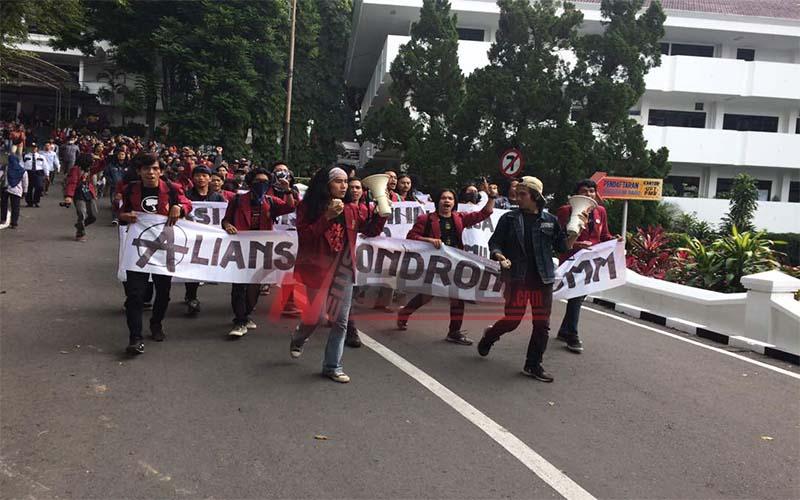Aliansi Mahasiswa Rambut Gondrong Unmu Malang Gelar Demo
