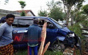 Diduga Sopir Mengantuk, Sebuah Mobil APV Seruduk Pohon