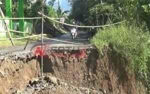 Jalan Penghubung Kecamatan Kampak Dengan Watulimo Ambrol