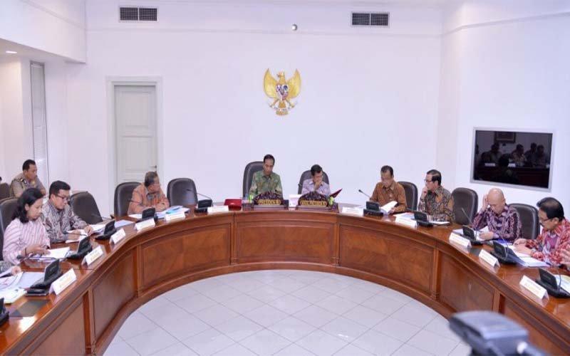 Foto Setpres; Rapat Terbatas evaluasi pelaksanaan proyek strategis nasional dan program prioritas di Provinsi Bali di Kantor Presiden, Istana Jakarta