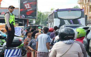 Macet Hingga 3 Kilometer, Kapolres Bangkalan Bediri Diatas Drum Atur Lalu Lintas
