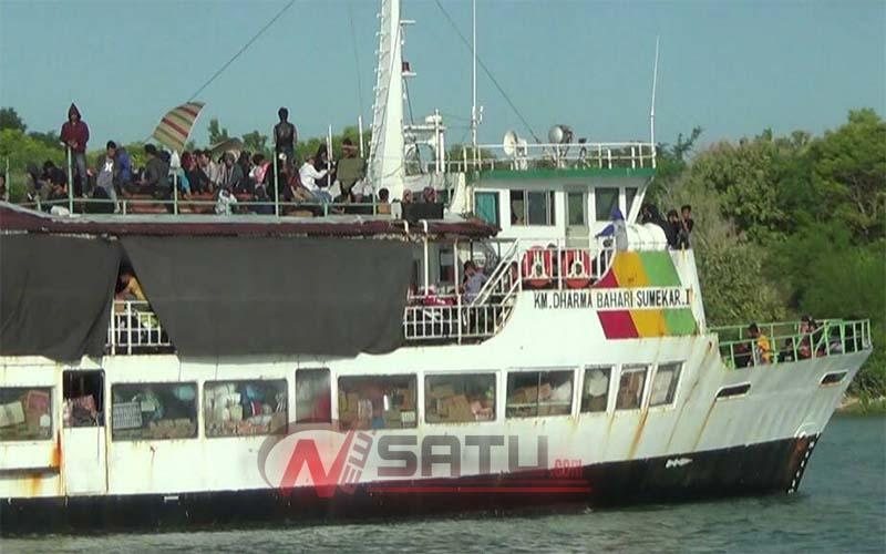 Penumpang Kapal Lintasan Kangean Sapeken Rela Duduk Diatap Kapal