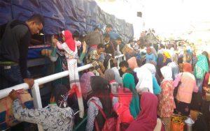 Kapal DBS Berlayar, Ratusan Penumpang Rebutan Di Pelabuhan Kalianget Sumenep
