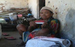 Kisah Nenek 72 Tahun Di Sumenep Hidup Sebatang Kara