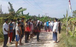 Protes Pemerintah, Puluhan Pemuda Di Sumenep Gelar Upacara Bendera Di Jalan Rusak