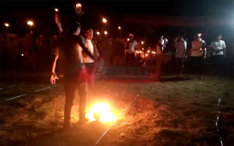 Serunya Pertandingan Bola Api Di Desa Juruan Laok Sumenep