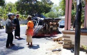 Diduga Sopir Mengantuk, Mobil Pick Up Box Hantam Tugu Pembatas