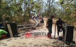 Terisolir, TNI Brebes Bangun Jembatan