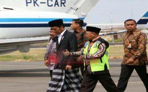 Mendarat Di Bandara Trunojoyo Sumenep, Presiden Jokowi Disambut Bupati Busyro (Foto: Humas Pemkab Sumenep)