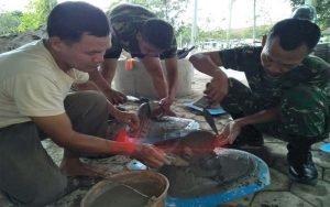 Wow Hebat, Anggota TNI Ini Produksi Jamban Dan Dibagikan Pada Masyarakat