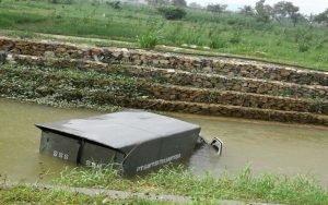 Ban Depan Pecah, Mobil Box di Sumenep 'Nyemplung' Sungai
