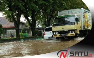 Diguyur Hujan Deras, Sejumlah Ruas Jalan Di Sumenep Digenangi Air