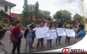 Program Visit Sumenep Dipaksakan, Ampera Demo Kantor Bupati