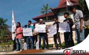 FKMS Bangun 'Kuburan' Kinerja DPRD Sumenep Wafat