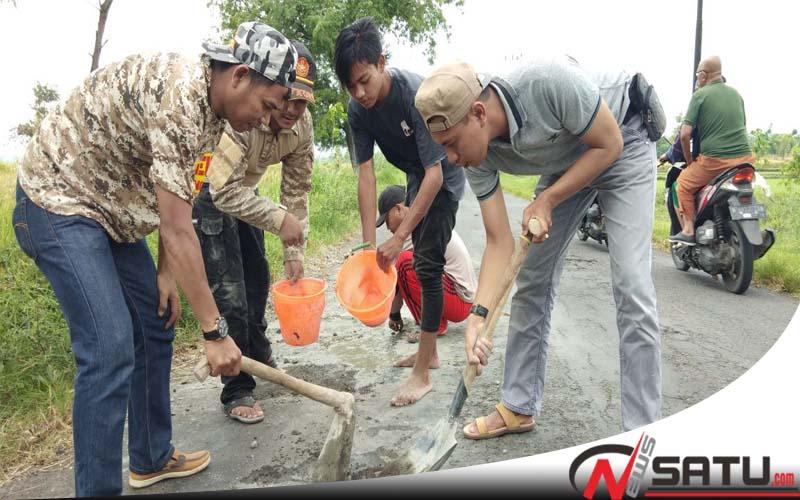 Kerap Makan Korban, Banser Kabupaten Probolinggo Tambal Sulam Jalan Berlubang