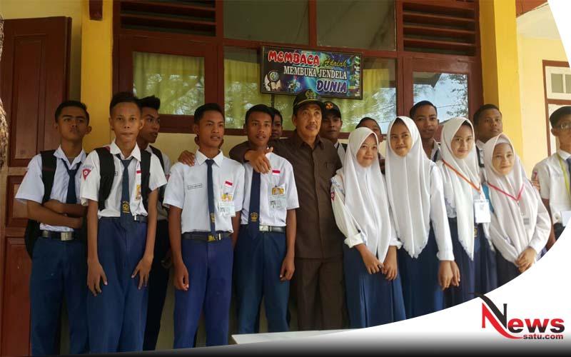 DPRD Sumenep Apresiasi Program Digital School SMP Negeri 1 Sumenep (Ketua DPRD Sumenep, Herman Dali Kusuma Bersama Siswa)
