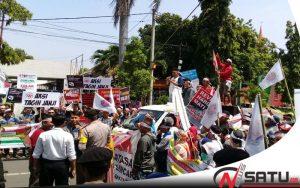 Pemilik Otlet Seluler Demo Kantor DPRD Kota Probolinggo