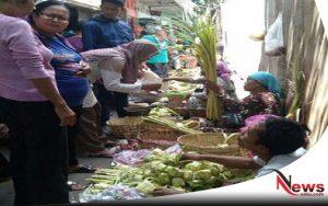 Jelang Lebaran, Pedagang Janur Di Probolinggo Diserbu Warga
