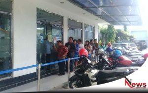 Jelang Lebaran, Sejumlah Nasabah Probolinggo Antri Di ATM