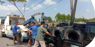 Ditabrak Dump Truk Tronton, Dua Mobil Di Tuban Terguling