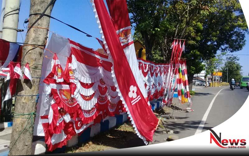 Sepi Pembeli, Penjual Bendera Merah Putih Di Probolinggo Tetap Bertahan
