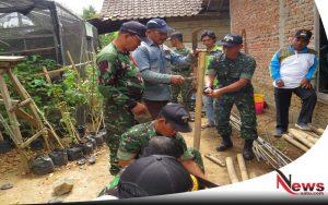 TNI Madiun Buatkan Kandang Ayam Bagi Warga