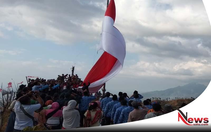 Bendera Mirah Putih Raksasa Dikibarkan Di Puncak Bukit Scorpion Bondowoso