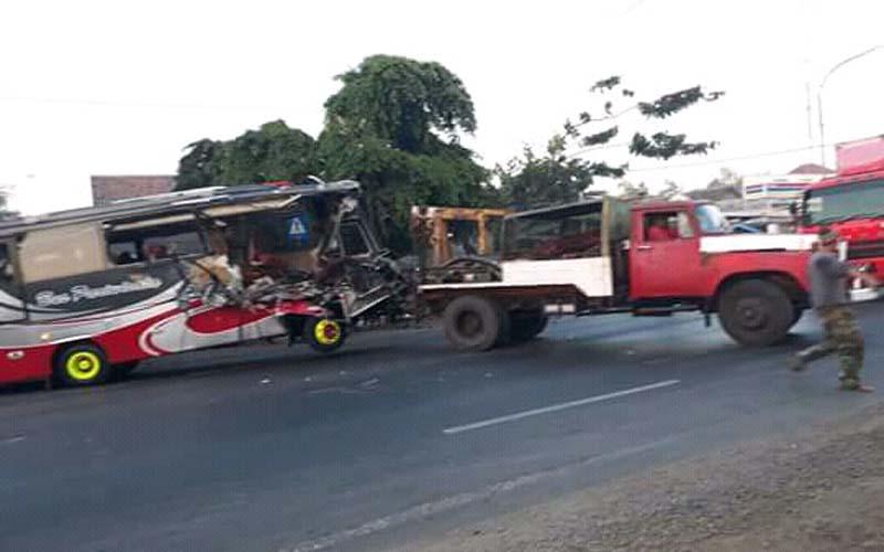 Bus Vs Tronton Di Probolinggo, Puluhan Penumpang Alami Luka-luka