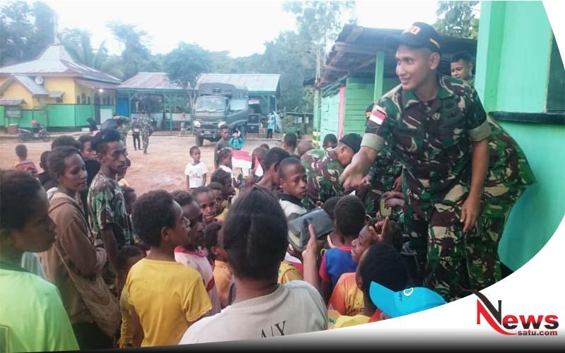 Prajurit Raider 500 Beri Tambahan Pada Warga Kampung Mawan Papua
