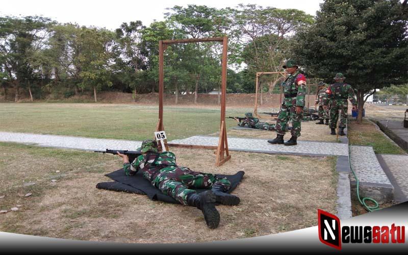 Anggota TNI Korem 084 Bhaskara Jaya Dilatih Kemampuan Menembak Senjata Ringan