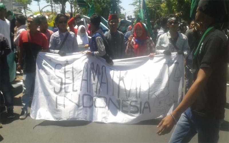 Kebijakan Jokowi Tidak Pro Rakyat, Aktivis HMI Demo Kantor DPRD Pamekasan