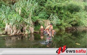 Demi Cerdaskan Anak Perbatasan, Tiap Hari TNI Harus Seberangi Sungai