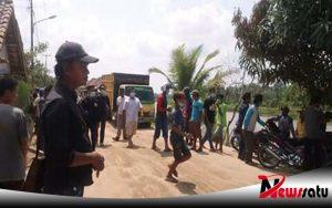 Jalan Rusak, Warga Ogan Komering Ilir Stop Paksa Truck Pengangkut Pasir