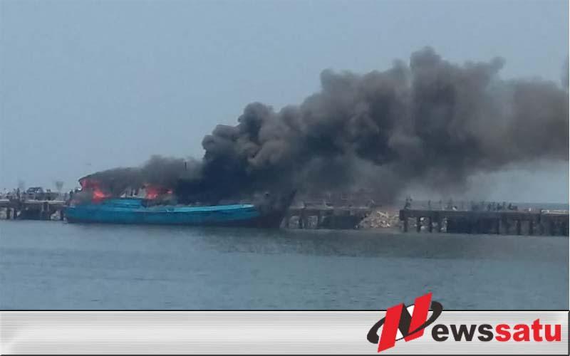 Kapal Nelayan Terbakar Di Pelabuhan Probolinggo