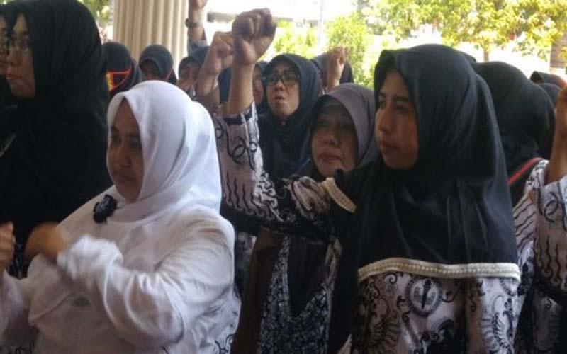 Puluhan Guru Honorer Geruduk Kantor DPRD Kota Probolinggo
