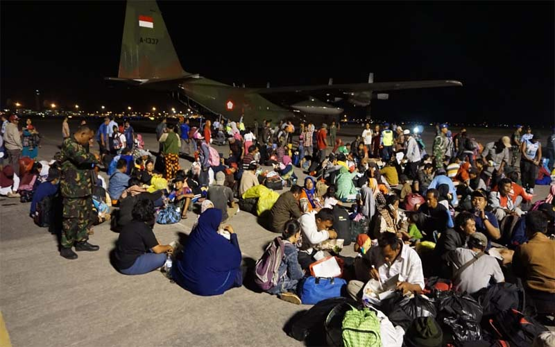 Tiba di Bandara Juanda, Korban Gempa Dan Tsunami Disambut TNI