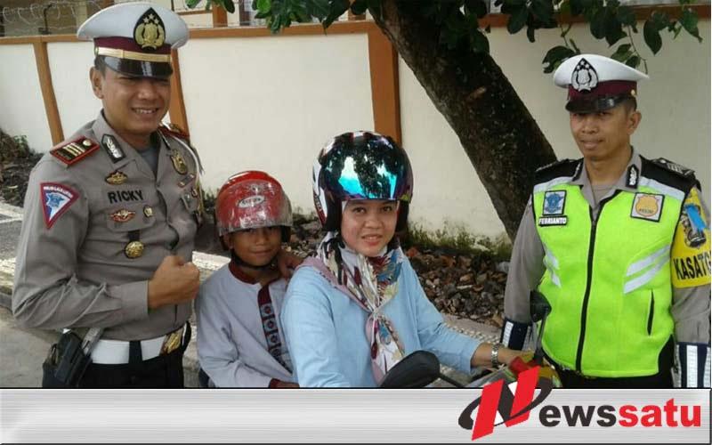 Polres Ogan Komering Ilir Bagi Helm Gratis Bagi Anak-anak