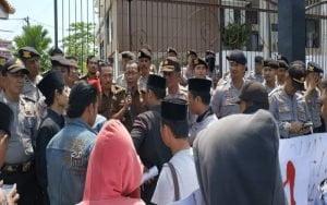 Mahasiswa IAIN Madura Demo Kantor Kejari Pamekasan