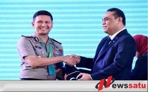 Kapolres Batu AKBP Budi Hermanto, SIK, M.Si saat menerima plakat WBK dari MenPan-RB