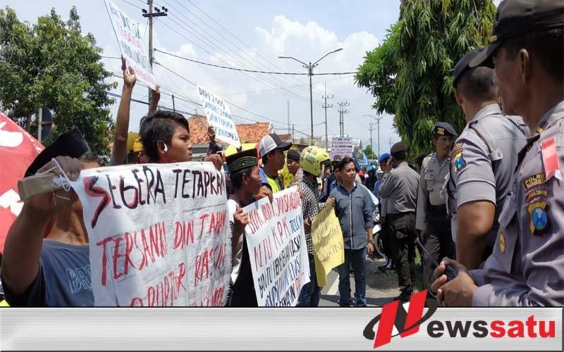Kasus Korupsi, Puluhan Warga Demo Di Kantor Kajari Pamekasan