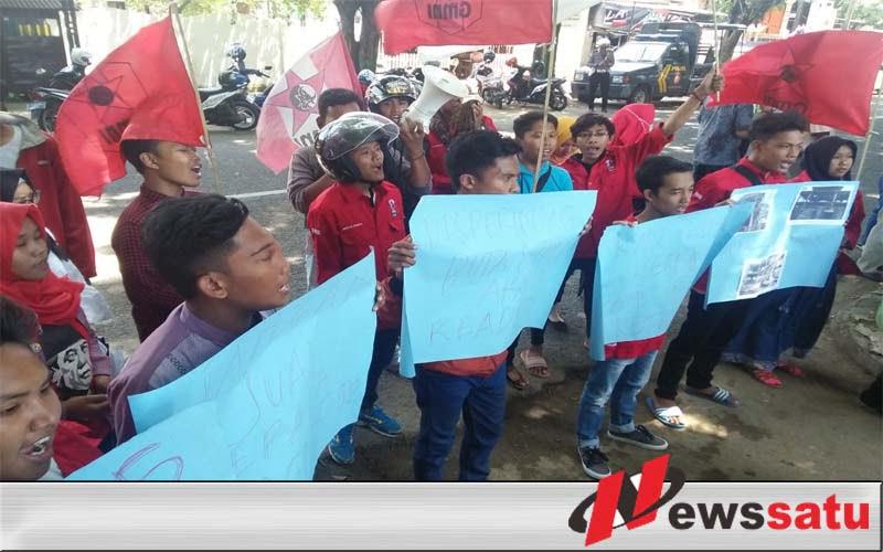 Mahasiswa Demo Kantor Disperindag Sumenep