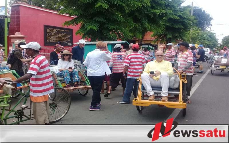 Puluhan Wisatawan Mancanegara Nikmati Wisatawa Kota Probolinggo Dengan Naik Becak
