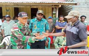 Petani Merauke Serahkan Senjata Rakitan Kepada TNI