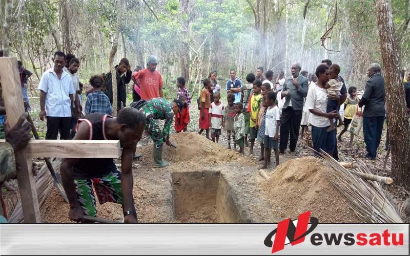 Satgas Pamtas Yonmek 521 DY Bantu Pemakaman Jenazah Warga Kampung Korkari
