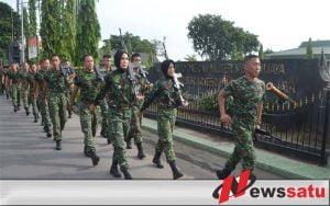 Anggota TNI Surabaya Gelar Lari Jalanan Minggu Militer