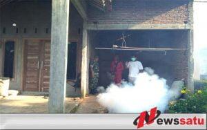 Cegah Demam Berdarah, TNI Bersama UPT Binangun Lakukan Fogging