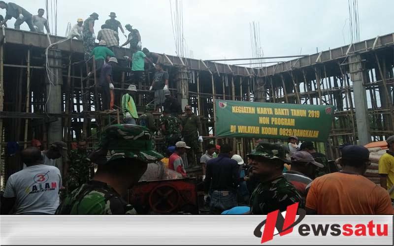 Prajurit Kodim 0829 Bangkalan Bantu Pembangunan Masjid