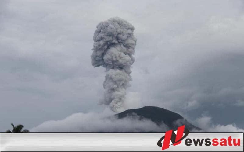 Semburan Erupsi Gunung Api Ibu Halmahera Barat