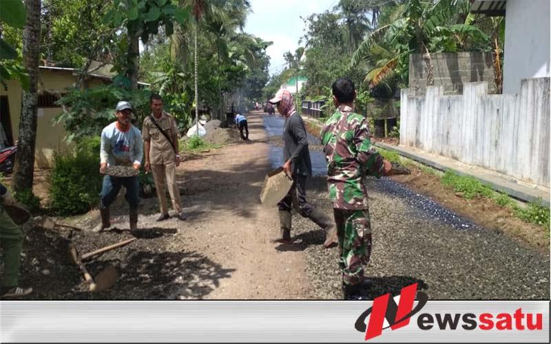 TNI Cilacap Bersama Warga Lakukan Pengaspalan Jalan Di Desa Ayamalas